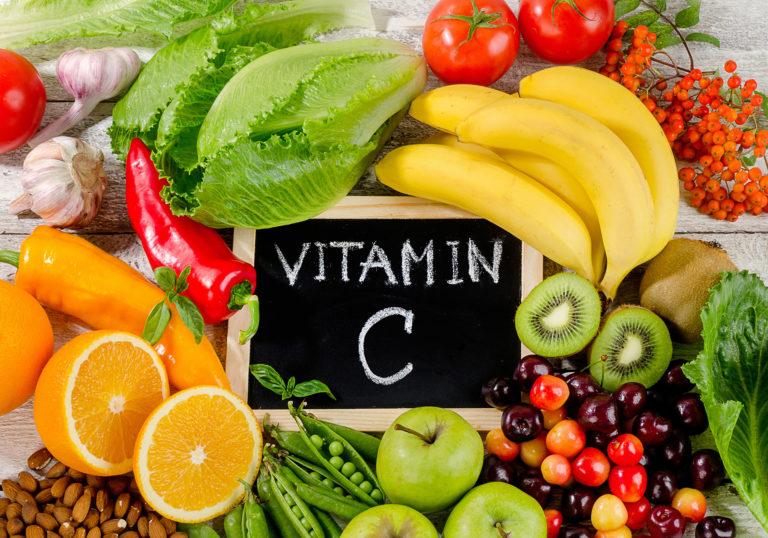 Obst und Gemüsesorten um eine Tafel mit Aufschrift Vitamin C für DORNshop